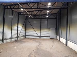 Teräsrakenteinen kylmä varasto helpottaa huonekaluliikkeiden logistiikkaa.