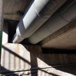 Sillan alla kulkevien kaukolämpöputkien eristys ja suojaus.